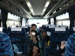 帰路のバスで元気におしゃべりをつづける女の子たち.jpg