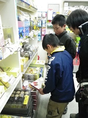お土産を選んでいます:阿武隈PA.jpg